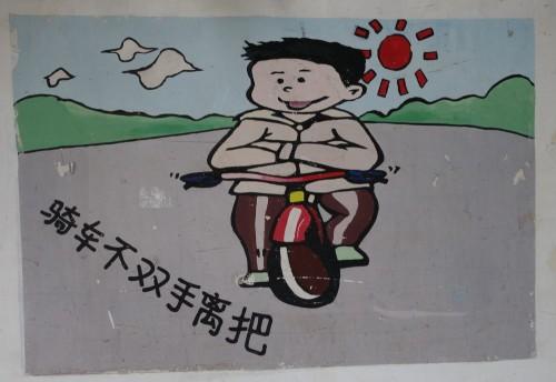 Auf einer Mauer erfährt man in zahlreichen Bildern wie man nicht Radfahren sollte... aha.