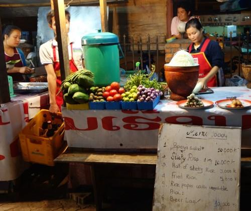 Nachtmarkt. Papaya Salat wrid überall in Laos angeboten. Er wird aus Papayas zubereitet die noch nicht reif sind.