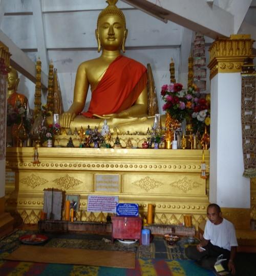 Buddha in einem neu errichteten Tempel