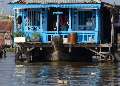 Häuschen auf dem Wasser mit Netz zum Fischefangen direkt vor der Haustür