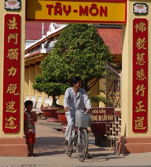 Tempel, gegenüber ein Restaurant in dem jeder für eine Spende essen kann.